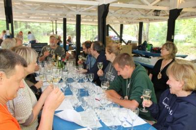 Valgete veinide maitsmise huviringi juhib laua otsas istuv Toomas Merilo - pics/2010/08/29391_11_t.jpg