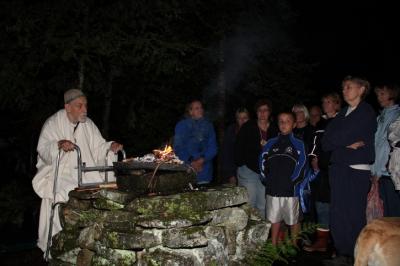 Hiis on olnud püha paik eestlastele juba muistsetest aegadest. Hiiel meenutame oma esivanemaid ja austame loodust. Kotkajärvel hoiab hiie kombeid elus hiievana Margus Tae. - pics/2010/08/29391_6_t.jpg