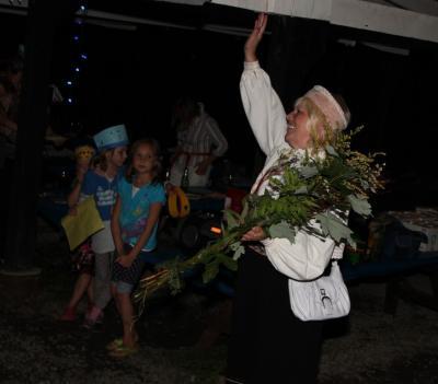 Rahvatantsujuht Ene Jakobson tantsupeo meeleolus. - pics/2010/08/29455_53_t.jpg