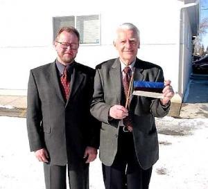 Oscar Erdman (par.) Eesti lipuga ja EV Ottawa Suursaatkonna endine ajutine asjur Sulev Roostar (Ý) märtsis 2002 Calgarys.  Foto: erakogust - pics/2010/09/29485_1_t.jpg