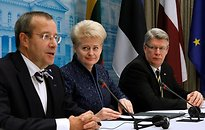 Estonian President Toomas Hendrik Ilves, left, Latvian President Valdis Zatlers, right, and Lithuanian President Dalia Grybauskaite answer questions during a meeting with the press in the President palace in Vilnius, Lithuania Wednesday Dec. 16, 2009. (A   AP/Scanpix - pics/2010/09/29594_1.jpg