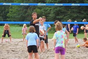Mark Heese juhendab võrkpallilaagris osalejaid.  - pics/2010/09/29669_1_t.jpg