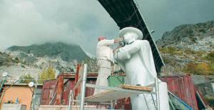 Mati Karmin viimistleb Itaalias Carraras aastatuhandete vanuses karjääris Marie Underi kuju.  foto: Jüri Tallinn - pics/2010/09/29702_1_t.jpg