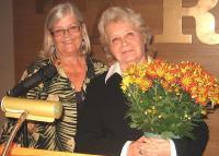 Tartu CollegeŒi asepresident Kaja Telmet tänab Elin Toonat pärast loengut lilledega. Foto: E. Purje   - pics/2010/10/29800_2_t.jpg