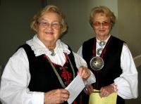Kaks rahvarõivais mulgi õekest: Mulkide Seltsi vanem Helju Salumets (vasakul) ja Helgi Sooaru. Foto: E. Purje   - pics/2010/10/29801_1_t.jpg