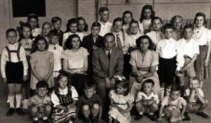 Esimene pühapäevakooli aasta lõpp 1949.a  juunis.  Kolm õpetajat pildi keskel on vasakult Meta Puhm, Ants Saar ja Heljo Liitoja (Nurm).   HL fotoalbumist.   - pics/2010/10/29852_1_t.jpg