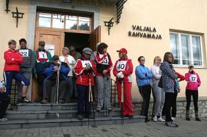 Keskküte sinus eneses. Liikudes koos on inimesed sõbralikud ja pealegi ei kimbuta maal ülerahvastumine. 12. sept. peetud SEB Tallinna sügisjooksul osales enam kui 10 500 inimest, esimesel Valjala sügisjooksul 18. sept. seevastu 40 jooksjat ja kepikõndijat, kes pildil starti ootamas rahvamaja ees. Foto: Riina Kindlam, üks vähestest mittekohalikest, kes kaasa sörkis     - pics/2010/10/29858_1_t.jpg