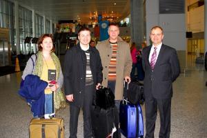 Toronto Pearsoni lennuväljal.vas. Kristel Abel, Hanno Pevkur, Riho Rahuoja ja Riho Kruuv. - pics/2010/10/30052_2_t.jpg