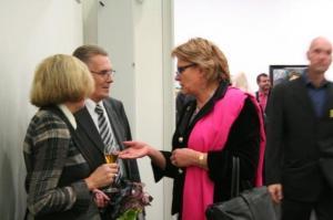 Näituse kujundaja maalikunstnik Olev Subbi ja abikaasa vestlevad Euroopa Parlamendi saadiku Siiri Oviiriga. - pics/2010/10/30091_10_t.jpg