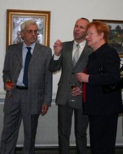 Soome presidendi abikaasa Pentti Arajärvi, näituse kuraator Harry Liivrand Tallinnast ja Soome president Tarja Halonen. - pics/2010/10/30091_11_t.jpg