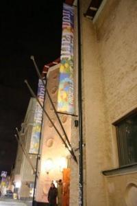 Helsingi Taidehalli (kunstihoone) öösel, näitust Viron värit (Eesti värvid) reklaamivate lippudega. Fotod: Riina Kindlam - pics/2010/10/30091_17_t.jpg