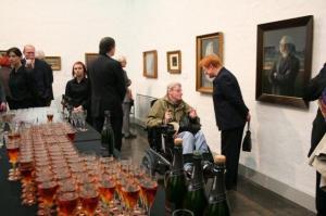 Näituse avamisel ootab Taidehalli suures saalis Vana Tallinna liköör shampusega. Paremal Soome president Tarja Halonen Ants Laikmaa portreede vahel vestlemas. - pics/2010/10/30091_7_t.jpg