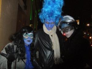"""Porikuu viimasel, Hallowe'eni õhtul nähti Toronto tänavail silkamas sini-must-valgeks riietatud ja grimeeritud triot. End eesti kangelassalgaks """"Häid pühi!"""" nimetanud gruppi kuulusid teatraalsed tegelaskujud Tubli (Evi Andreller), tema vend Juust (Iisak Andreller) ja viimase kihlatu Tuutuluutu (Maris Taimla). Trükilehes ei pääse kahjuks mõjule Juustu eresinine jume ja soeng; ilmselt on tegu sinihallitusjuustuga (ingl. blue cheese). - pics/2010/11/30175_3_t.jpg"""