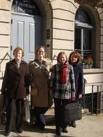 Külalised NY Eesti Maja ees (vasakult): Merike Kiipus, Elizabeth Haven Hawley, Piret Noorhani, Tiiu Kravtsev   - pics/2010/11/30183_2_t.jpg