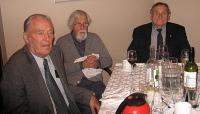 Laudkond õpetaja Salumäe kõnet jälgimas. Vasakult: Rudolf Must, Alfred Veltmann, Kaljo Priidik. Foto: E. Purje - pics/2010/11/30262_2_t.jpg