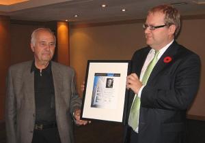 Välisminister Urmas Paet (par) annab TC-s asuva Master's Buffeteria omanikule Peter Vatikiotisele TC tänukirja kauaaegse (39 a) eestlaste hea teenindamise tunnustamiseks. Foto: Eerik Purje  - pics/2010/11/30278_1_t.jpg