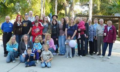 Fotol Houstoni Eesti Seltsi Eestis sündinud eestlased, lipud rinnal. Seltsi esinaine ees vasakul. Koos abikaasade ja sõpradega oli pidulisi neli tosinat.  - pics/2010/12/30660_1_t.jpg