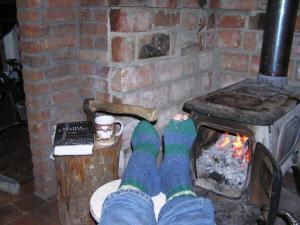 Maarika kootud sokkides tule paistel möödunule mõtlemas. Foto: Viido Polikarpus  - pics/2011/01/30923_1_t.jpg