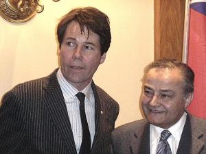 Dr. Eric Hoskins ja Thomas Saras (Etnilise Pressi Nõukogu esimees) 10.jaanuari koosolekul.  Foto: Adu J. Raudkivi  - pics/2011/01/30996_1_t.jpg