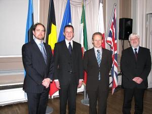 Fotol vasakult prof. Andres Kasekamp, Belgia suursaadik Nicolaas Buyck, dr. Julien Gueslin ja näituse koostaja Heini Vilbiks Välisministeeriumist.  - pics/2011/01/31158_1_t.jpg