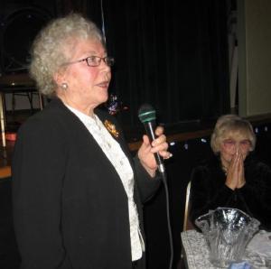 Elna Kungla ütles tunnustussõnu kauaaegsele energilisele rütmilise võimlemise propageerijale Evelyn Koopile laupäeval, 22. jaanuaril Toronto Eesti Majas toimunud pidulikul koosviibimisel. Foto: E. Purje  - pics/2011/01/31186_3_t.jpg