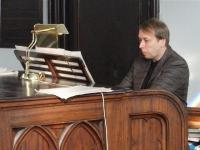 Aaro Tetsmann vana-Andrese kiriku orelist imelist muusikat  välja võlumas.  Foto: EE    - pics/2011/02/31253_1_t.jpg