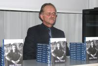Fotol Olavi Pesti raamatu esitlusel. - pics/2011/02/31265_1_t.jpg