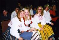 """Emma Soolepp, Sonja Dobson, Hanna Maripuu, Kenni Dobson ja õp. Marianne Pettinen tutvustasid """"jutusaates"""" tuntud eestlasi. - pics/2011/02/31444_2_t.jpg"""