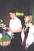 Langenute mälestuseks süütasid küünlad  Erik Sadul ja Silvi Raud 6. klassist.    - pics/2011/02/31564_2_t.jpg