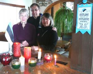 25. märts, 2011 Incline Village, Nevada. Mälestusküünlad küüditamis aastapäevaks.(Rutt Veskimets, Toomas Rebane, Hille Viires)  - pics/2011/03/31897_3_t.jpg
