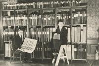 Antik koos Eduard Roosiga (vasakul) Arhiivraamatukogu ajalehtede toas. Foto: Eesti Kirjandusmuuseum     - pics/2011/04/31944_1_t.jpg
