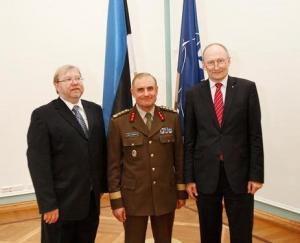 Kindralleitnant Ants Laaneots koos praeguse ja endise kaitseministriga. - pics/2011/04/31998_1_t.jpg
