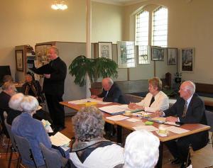 Aruannet esitab koguduse õpetaja Kalle Kadakas. Foto: H. Westerblom - pics/2011/04/32066_1_t.jpg