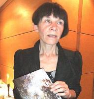 """Dr Triinu Ojamaa vastvalminud raamatuga """"60 aastat eesti koorilaulu multikultuurses Torontos"""" raamatu esitlusel Tartu College'is 10. aprillil.   - pics/2011/04/32077_2_t.jpg"""