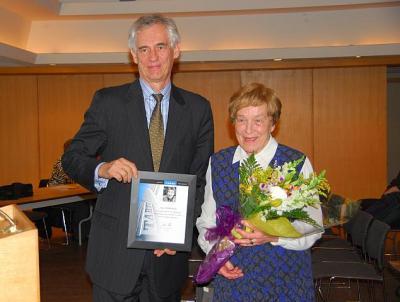 Jaan Meri annab tänukirja kauaaegse tegevuse eest Tartu College'is väsimatule Aino Müllerbeckile. - pics/2011/05/32328_1_t.jpg