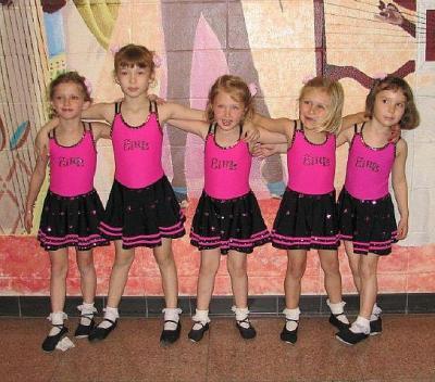Blessed Sacramenti katoliku kooli võimlas harjutavad Helle Varriku juhendamisel esmaspäevaõhtuti kl 6 –7ni ka 3-6 aastased tüdrukud  (vas) Hannah, Magdalena, Eliise, Imbi, Katarina, kes esitasid mustikatürukute tantsu. Foto: Maaja Uukkivi  - pics/2011/05/32422_2_t.jpg