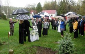 Valgete tuvide vallapäästmine Pruuli pere mälestusteenistusel. Foto: JJ  - pics/2011/05/32426_1_t.jpg