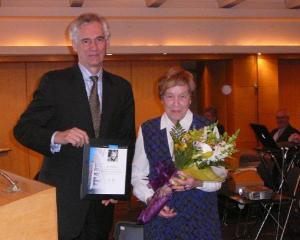 Jaan Meri andis üle Tartu College'i tänukirja Aino Müllerbeckile. Foto: A.R.  - pics/2011/05/32430_1_t.jpg