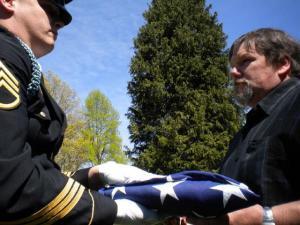 Kalju Suitsevi puusärki katnud USA lipp antakse üle poeg Michaelile. Foto: erakogust. - pics/2011/06/32530_2_t.jpg