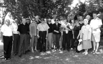 Pärast Roman Toi üleslaulmist möödunud laupäeva hommikul, kogunesid lauluõed ja -vennad koos korp! Vironia seltsivendadega lauluisa kodu ette murule. Keskel lilledega 95 aastaseks saanud maestro Roman Toi.   Foto: Ants Toi  - pics/2011/06/32662_1_t.jpg