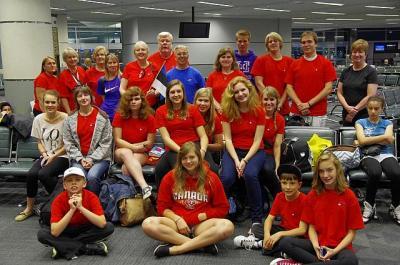Grupp koolikoori liikmeid ja saatjaid enne teeleasumist Toronto lennujaamas.  - pics/2011/06/32733_3_t.jpg