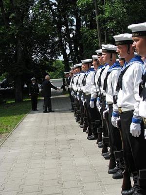 Paavo Loosberg tänab isa muldasängitamise tseremoonial osalenud Vahipataljoni ja selle tseremoonialteenistuse ülemat kapten Madis Morelit.  - pics/2011/07/32772_3_t.jpg