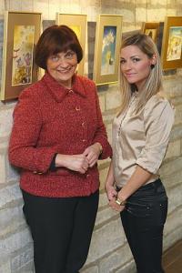 Illustratsioonide näitus Rahvusraamatukogus, pildil on Reet Helisabeth ema ja kirjaniku Hillega. Foto: Heiki Kruusi   - pics/2011/07/32910_2_t.jpg