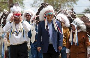 Kanada peaminister Stephen Harper (keskel) Blood Tribe'i pealiku uhke peakattega. Foto: Deb Ransom, PMO  - pics/2011/07/32918_1_t.jpg