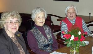 Photo: Vas.: Tiina Mägi, Ellen Oja ja sünnipäeva tähistaja Frieda Vihma. Foto: Ylo Mark Saar  - pics/2011/07/32972_1_t.jpg