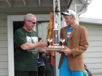 Host Peeter Toome handing over the trophy and special jacket to new champion Adam Migur.     - pics/2011/08/33090_1_t.jpg