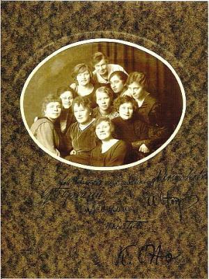 Üks vanimaid säilinud fotosid ENÜS'i esimesest tegevperioodist pärineb aastast 1917, mil selts tegutses veel nö 'põrandaaluse' organisatsioonina.  Pildil teiste hulgas ka seltsi asutajad Linda Eenpalu, Amalie Krims-Kotkas ning Aleksandrine Pedusaar ning seltsi esimene vilistlane Johanna Rebane-Sild. Arhiivifoto   - pics/2011/08/33147_2_t.jpg