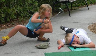 Ka niisuguseid olukordi võib golfiväljakul ette tulla. Elli Callum ja August Jalakas.  - pics/2011/08/33156_2_t.jpg