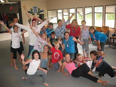 Mängunädala tantsuvõistkonnad pärast harjutust – ikka energiast pakatavad JK kasvandikud.    - pics/2011/08/33156_3_t.jpg