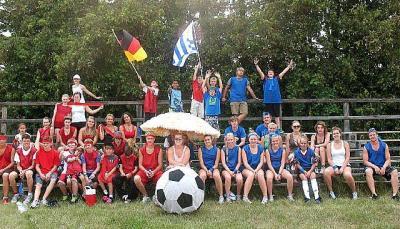 Spordinädala võistkonnad Saksamaa (vas) ja Uruguai enne jalgpallimängu algust.  - pics/2011/08/33156_4_t.jpg